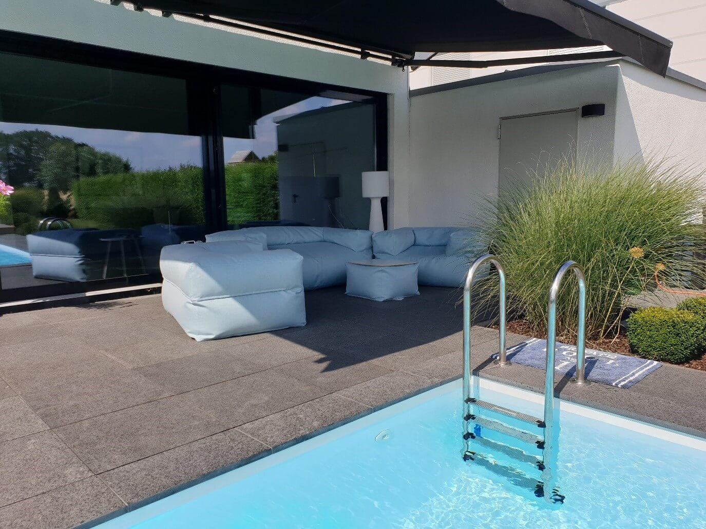Sitzsack Set Moog aus dem hellblauen Stoff auf der Terrasse