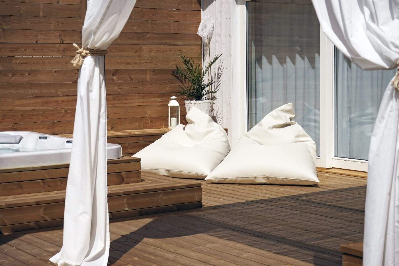 Weisse Outdoor Sitzsaecke aus dem robusten Kunstleder für perfektes Chillen auf jeder Terrasse.